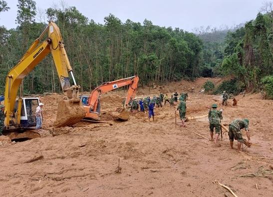 Công tác cứu hộ, cứu nạn các nạn nhân trong đoàn công tác gặp nạn hôm 12/10. Ảnh: Quân đội nhân dân.