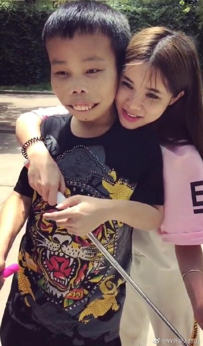 Trần Sơn, đại gia xấu xí bên bạn gái Thi Mạn