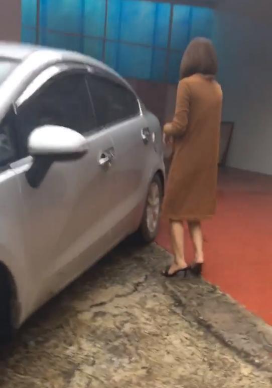 Cô vợ vẫn còn định lên xe nhân tình đưa về