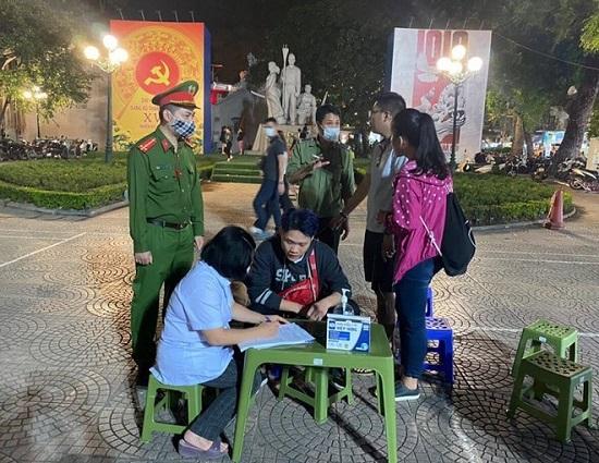 Quận Hoàn Kiếm ra quân nhắc nhở, vận động người dân đeo khẩu trang khi vào phố đi bộ. Ảnh: An Ninh Thủ Đô.
