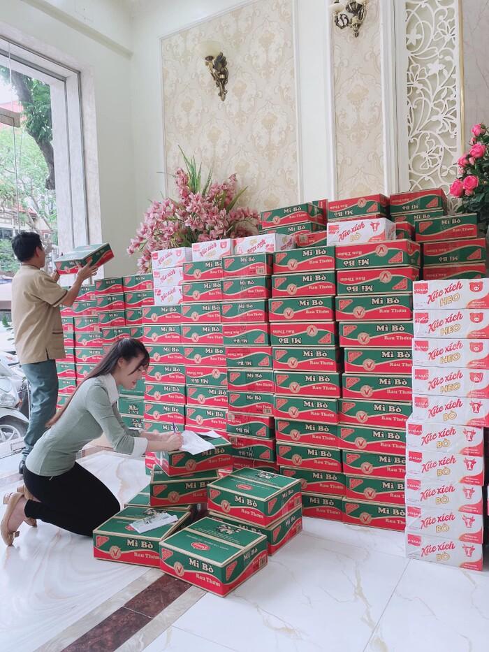 Sau 2 tháng im lặng, Âu Hà My trở lại với hình ảnh chuẩn bị đi phát quà từ thiện ở miền Trung