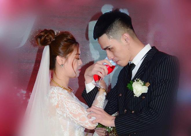 Cô dâu giận 'tím mặt' vì bộ ảnh tiệc cưới phong cách... mất điện, tức nhất là tấm trong nhà hàng 8