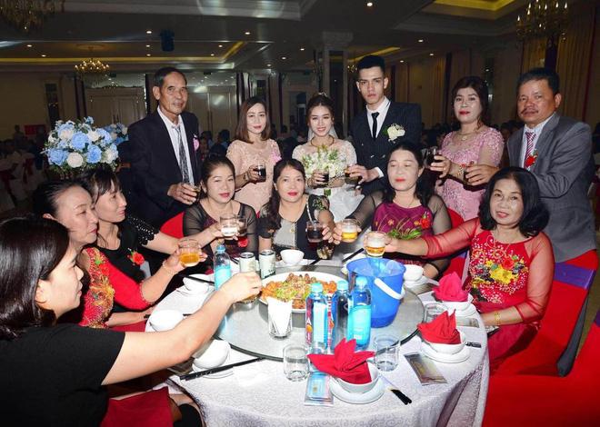 Nhà hàng tiệc cưới có đầy đủ ánh sáng nhưng cô dâu, chú rể và họ hàng vẫn bị thợ ảnh 'dìm'tới bến