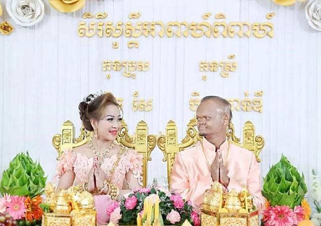 Bỏ ngoài tai những lời không hay, họ vẫn vượt qua tất cả để tổ chức đám cưới, chính thức về chung một nhà vào ngày 27/2/2018. Đích thân ông Hun Manet - Bộ trưởng bộ Quốc phòng Campuchia, con trai Thủ tướng Hun Sen đã tới chúc phúc và tặng quà cưới trị giá 40 triệu Riel (khoảng 220 triệu VNĐ).