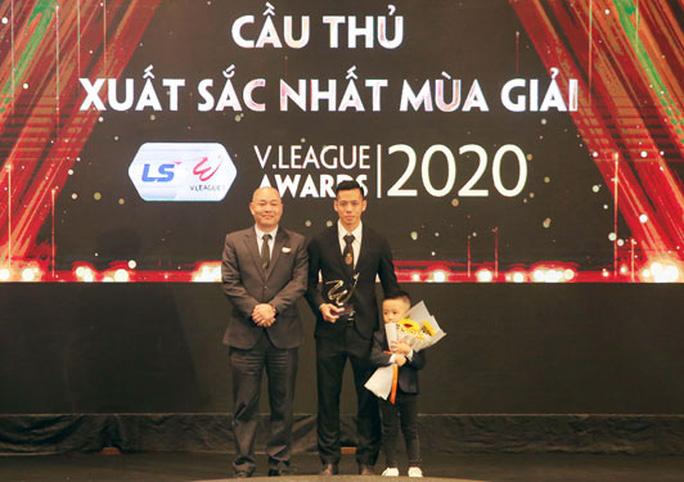 Văn Quyết nhận giải cầu thủ xuất sắc nhất mùa giải V-League 2020