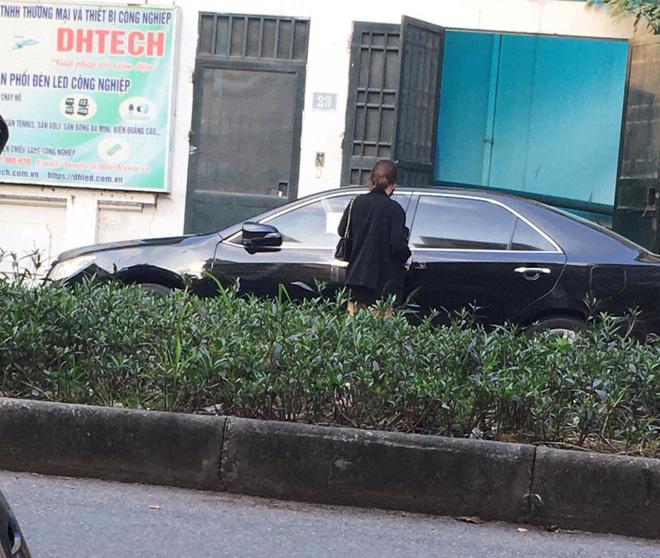 Cô gái dán băng dính quanh ô tô đỗ chắn cửa nhà, tờ giấy để lại gây tò mò, chủ xe đọc chắc 'đỏ mặt' 0