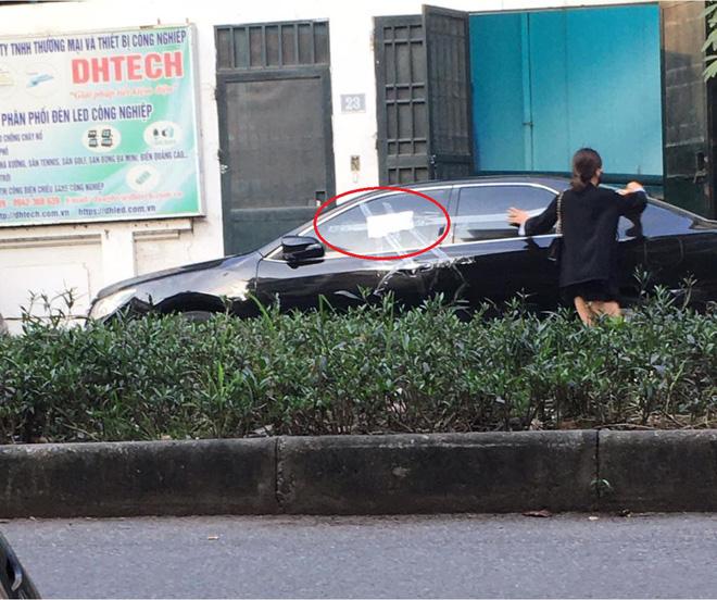 Cô gái dán băng dính quanh ô tô đỗ chắn cửa nhà, tờ giấy để lại gây tò mò, chủ xe đọc chắc 'đỏ mặt' 1