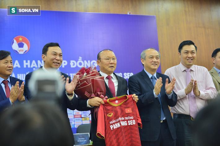 Nếu gắn bó được đến hết thời hạn của bản hợp đồng mới, ông Park Hang-seo sẽ trở thành HLV nước ngoài có thời gian làm việc liên tiếp lâu nhất của ĐT Việt Nam.