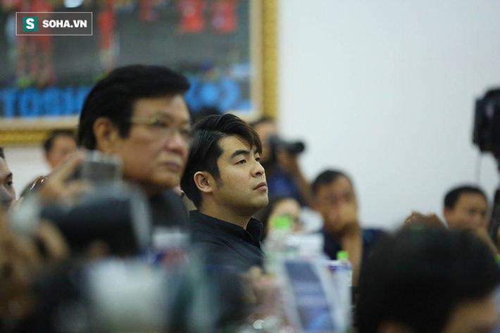 Sau khi kết thúc họp báo, PCT VFF Trần Quốc Tuấn và ông Lee Dong-jun, người đại diện của HLV Park Hang-seo cũng phần trao đổi ngắn. Sau thời gian đàm phán kéo dài, hai bên đều tỏ ra vui vẻ và gửi những lời chúc mừng đến nhau.