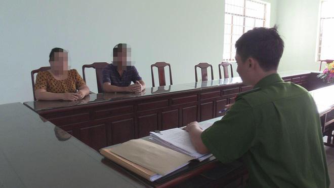 Bà Thảo cùng chồng tại cơ quan công an để nhận lại 800 triệu đồng.