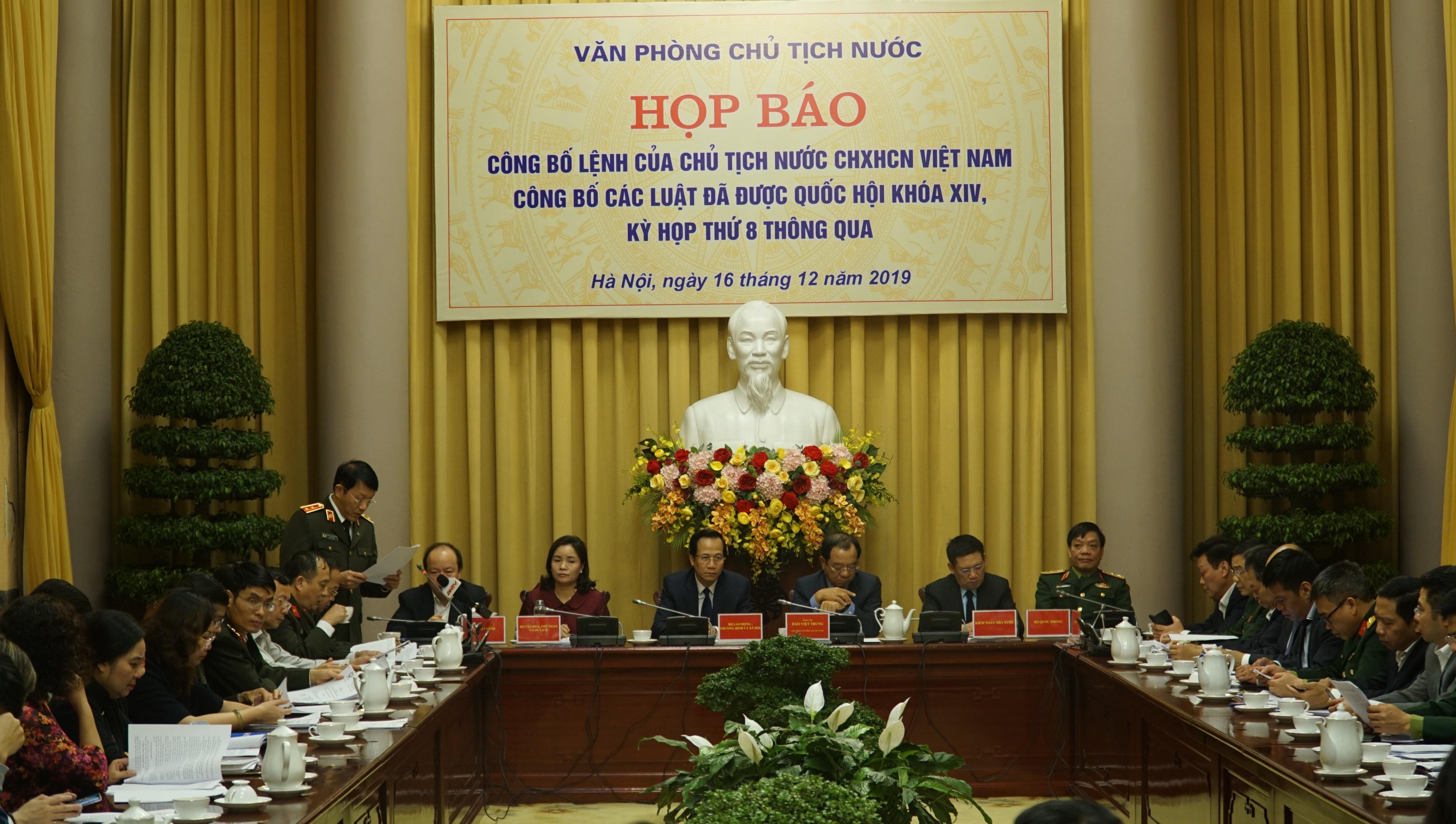 Buổi họp báo công bố lệnh của Chủ tịch nước CHXHCN Việt Nam công bố các Luật đã được Quốc hội khóa XIV, kỳ họp thứ 8 thông qua. Ảnh: Người Đưa Tin