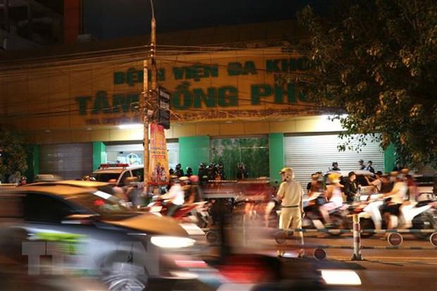 Hàng trăm cảnh sát phong tỏa bên ngoài Bệnh viện Tâm Hồng Phước để truy bắt nhóm người đòi nợ ẩn náu bên trong. (Ảnh: Sỹ Tuyên/TTXVN)