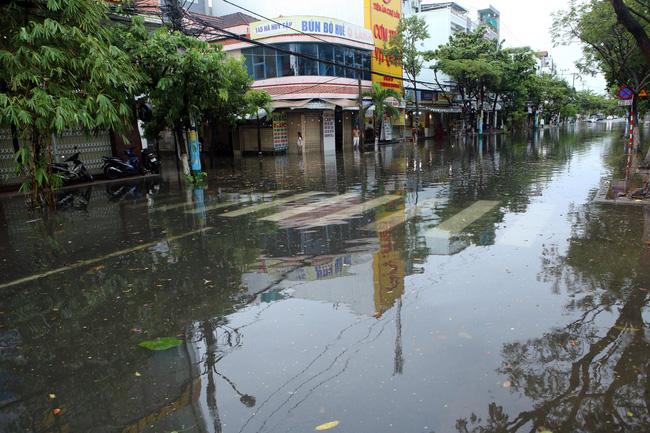 Tuyến đường Hà Huy Tập (TP Đà Nẵng) bị ngập sâu kéo dài gần 200m do mưa lớn của bão số 5 gây ra. Ảnh: TTXVN