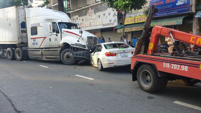 Lực lượng chức năng đang xử lý vụ tai nạn.