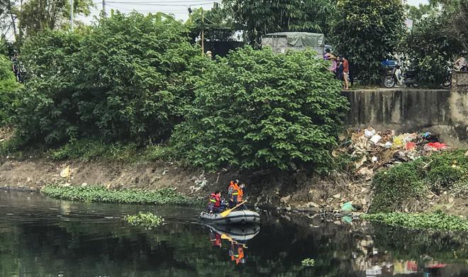 Công an dùng cano tổ chức tìm kiếm 2 bên bờ sông Nhuệ.