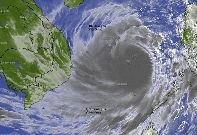 Hình ảnh vệ tinh bão số 9 thấy khá rõ mắt bão, ở thời điểm bão đạt sức gió cấp 13, giật cấp 15 sáng 27/10. Ảnh: Windy.