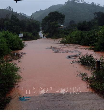 Nước trên các sông suối lên cao làm ngập nhiều tuyến đường trong huyện Tu Mơ Rông khiến giao thông đi lại khó khăn, nhiều thôn làng bị cô lập.