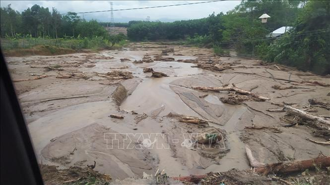 Những điểm sạt lở trên đường vào xã Phước Lộc, huyện Phước Sơn (Quảng Nam). Ảnh: Quốc Dũng/TTXVN