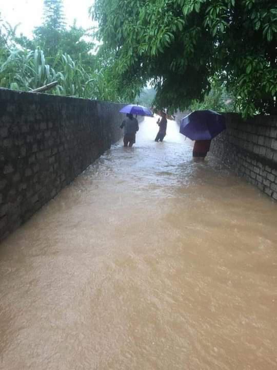 Người dân tại các điểm ngập trũng dọc hạ lưu hồ Kẻ Gỗ đang khẩn trương di dời, sơ tán đến nơi tránh trú an toàn.