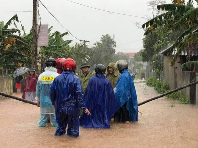 Nước tại hầu hết các địa phương ngập lụt của Hà Tĩnh đang lên rất nhanh. Tại nhiều địa phương, đường làng, ngõ xóm đã bị cô lập hoàn toàn.