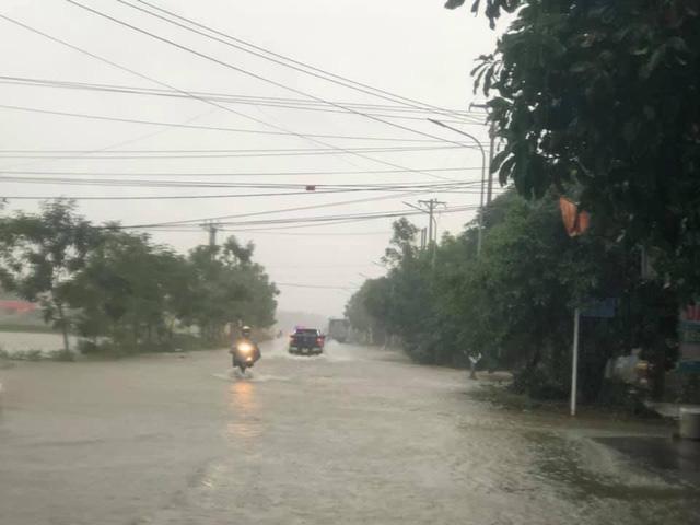 Tại các tuyến đường huyết mạch của thành phố Hà Tĩnh, nước cũng dâng khá nhanh, nhiều điểm nước dâng cao tới hơn 1 m.