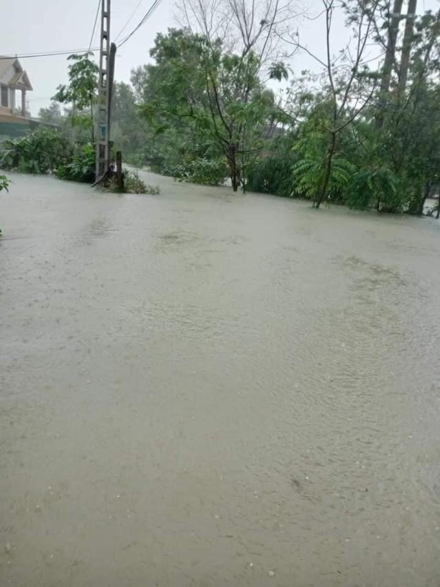 Nước lũ tại Hà Tĩnh đang lên nhanh từng giờ với lưu lượng lớn, lực chảy xiết khiến công tác ứng cứu gặp không ít khó khăn.