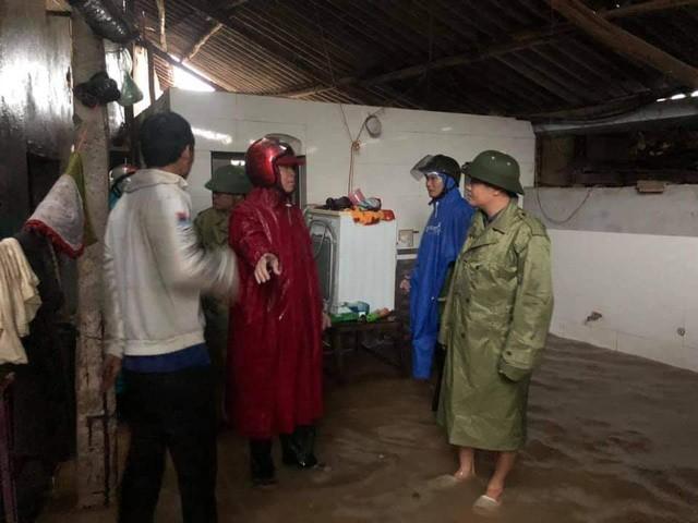 Công tác di dời người dân tại các điểm sâu thuộc huyện Cẩm Xuyên được thực hiện ngay từ sáng sớm nay.