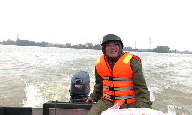 Thiếu tá Nguyễn Văn Hoành, Trưởng công an xã Tân Lâm Hương đã nhiều ngày qua không về nhà để giúp bà con vượt lũ, nhận hàng cứu trợ. Hôm nay, anh lại tiếp tục hành trình làm 'người lái đò anh hùng trên dòng Tâm Lâm Hương' như bà con vẫn hay gọi những ngày qua.