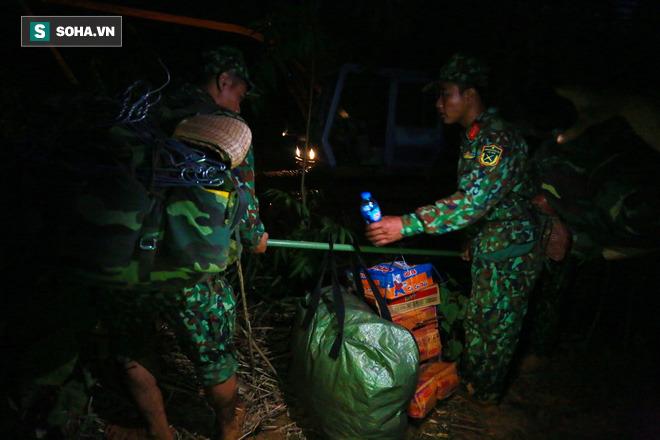 Mì tôm, nước uống và các đồ dùng cần thiết được khuân vác vào hiện trường trong đêm tối.