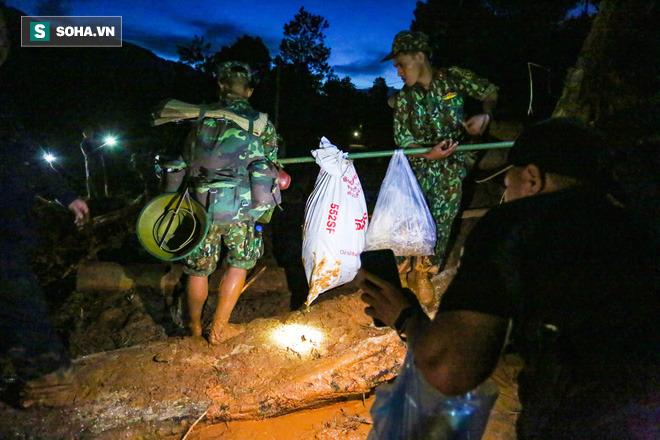 Đêm tối, đường đi nguy hiểm nhưng khoảng 30 chiến sĩ công binh thuộc Quân khu 5 vẫn dũng cảm băng rừng, lội qua nhiều đoạn sạt lở nghiêm trọng để đưa lương thực, nhu yếu phẩm cần thiết vào sâu bên trong, tiếp tế cho người dân cùng lực lượng cứu hộ đang ứng trực làm nhiệm vụ.