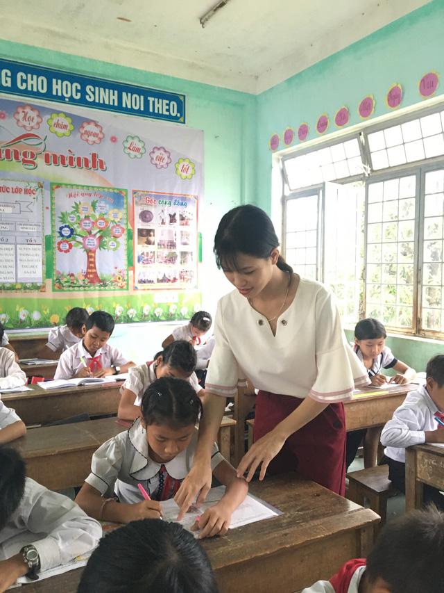 Vượt qua mọi khó khăn, cô Nga vẫn đứng lớp dạy học sinh vùng biên viễn.