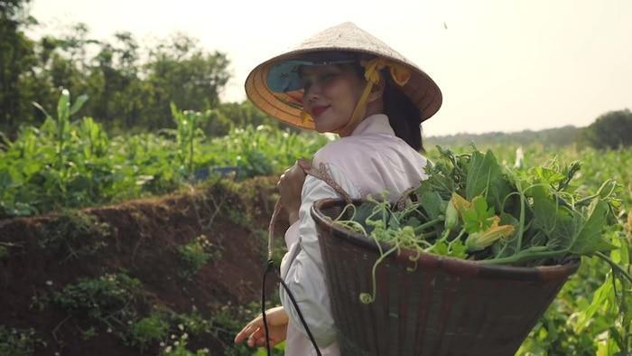 H'Hen Niê đáng yêu hết nấc cover hit của Thu Minh, Chi Pu phiên bản… hái rau 0