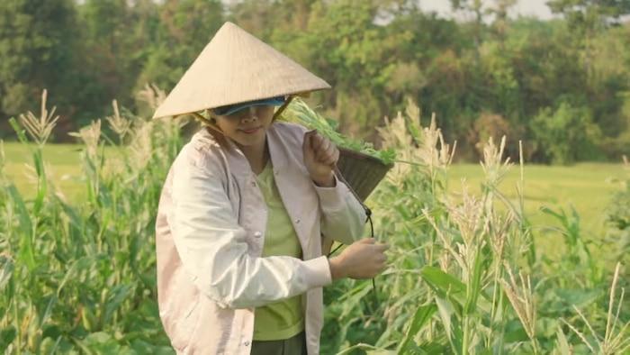 H'Hen Niê đáng yêu hết nấc cover hit của Thu Minh, Chi Pu phiên bản… hái rau 1