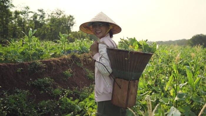 H'Hen Niê đáng yêu hết nấc cover hit của Thu Minh, Chi Pu phiên bản… hái rau 4