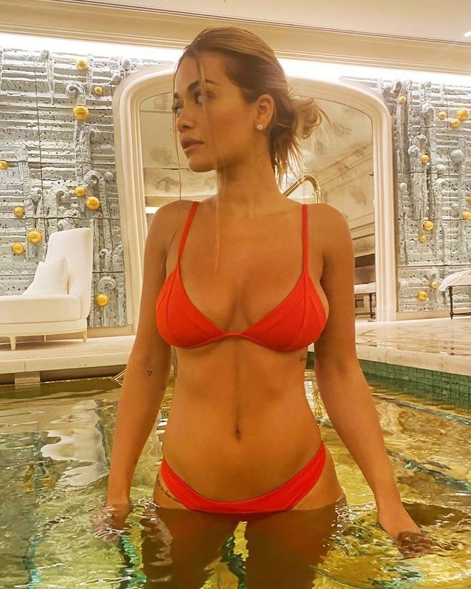 Rita Ora khoe thân hình đẫy đà trong bộ bikini màu đỏ bé tí pose dáng tại hồ bơi ở trong nhà