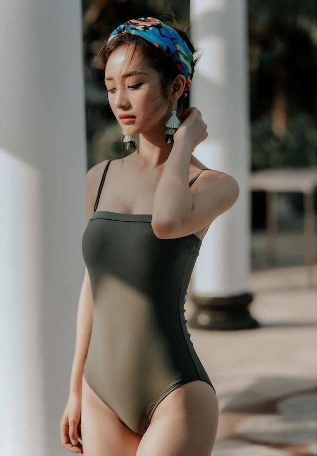 Ngập trang cá nhân của cô nàng là những bức hình nóng bỏng với bikini hoặc đồ ôm sát, tích cực khoe dáng triệt để.Jun Vũ phô diễn được hình thể của mình với vòng bụng không chút mỡ thừa.