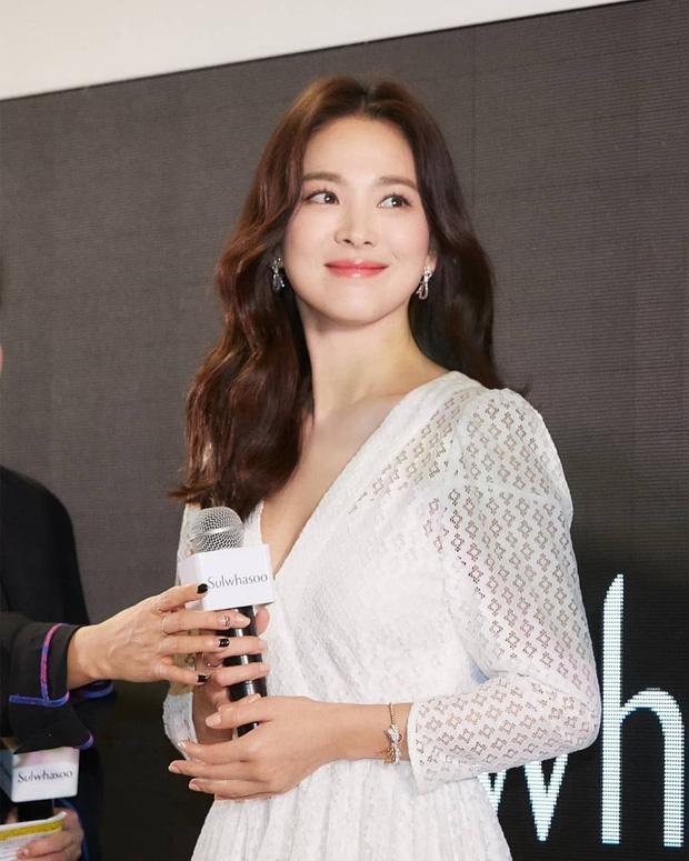 Ngày ấy, Song Hye Kyo còn là cô nữ sinh mới 18 đôi mươi, gương mặt bầu bĩnh dễ thương ai nhìn cũng yêu mến. Gần 20 năm sau, Song Hye Kyo trở thành phụ nữ ngấp nghé 40 với nhan sắc vượt thời gian, cũng sự lột xác khiến cả Châu Á phải choáng ngợp.