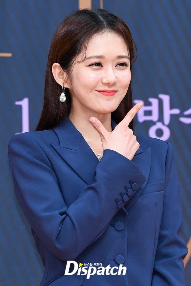 Với vẻ đẹp tự nhiên trời phú, Jang Na Ra không cần động chạm dao kéo nhưng vẫn đẹp từng centimet với gương mặt thon gọn cùng đôi mắt ướt lúng liếng.
