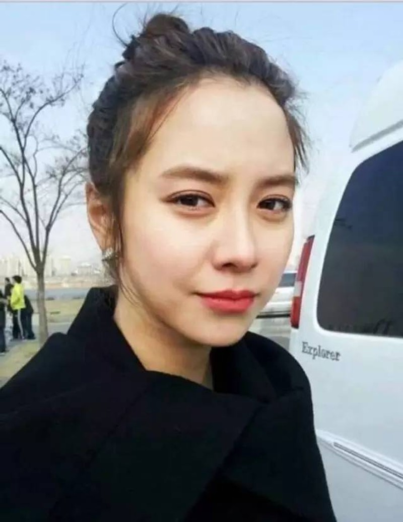 Gần 20 năm qua đi, từ đôi mắt đến khóe miệng, từ sống mũi thon gọn đến phần cằm nhẹ nhàng, gương mặt của Song Ji Hyo vẫn vẹn nguyên chưa hề có sự tác động dao kéo.