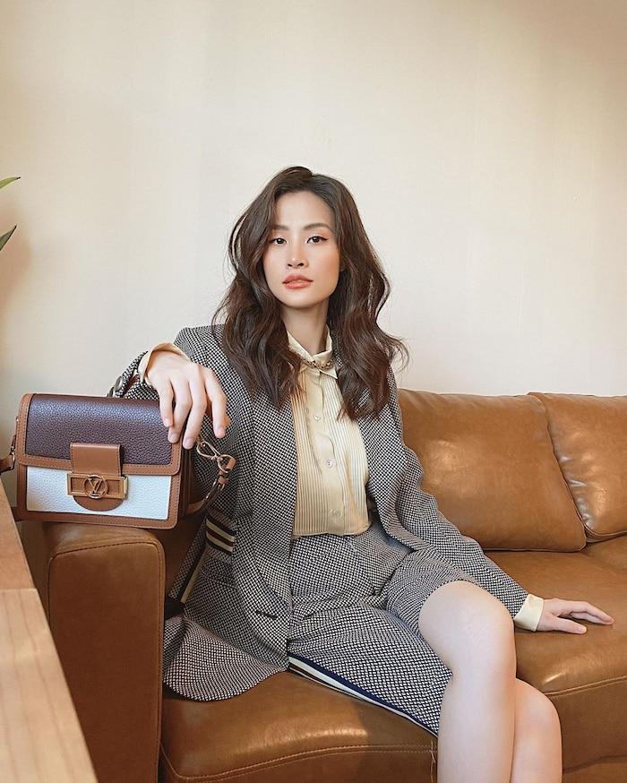 Điểm nhấn của cô nằm ở chiếc túi Louis Vuitton dáng hình hộp đắt giá, thời thượng.