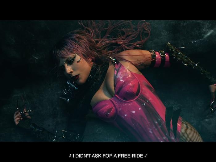 Gaga xuất hiện ở cảnh đầu tiên khá hút mắt.