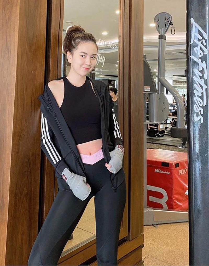 MC Mai Ngọc trông thế mà sexy ra trò, diện đồ gợi cảm khoe body và cơ bụng săn chắc thì gái đôi mươi cũng phải 'chạy dài' 6