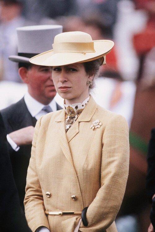 Công chúa Anne xuất hiện hoàn hảo trong trang phục màu be vào năm 1983.
