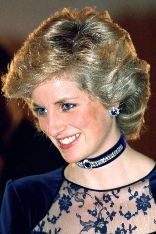 Nội dung chú thích ảnhMột trong các lý do khiến Công nương Diana trở thành biểu tượng thời trang là bà không ngại thử cái mới. Không có một phụ nữ Hoàng gia nào đủ can đảm để đeo vòng choker trong sự kiện quốc gia như Diana.