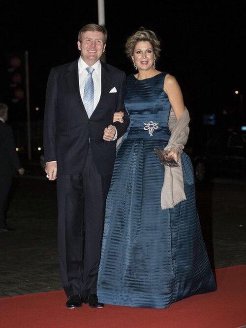 Nữ hoàng Máxima của Hà Lan mặc một chiếc váy màu xanh đậm cho lễ kỷ niệm Công chúa Beatri năm 2014.