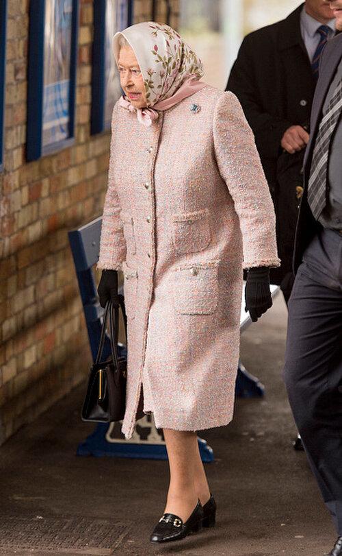 Lần đầu tiên Nữ hoàng Elizabeth II mặc chiếc áo khoác màu hồng này là vào năm 2015.