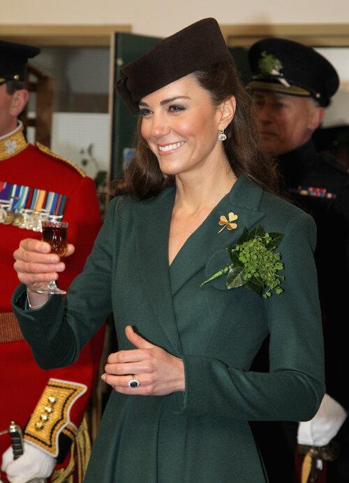 Công nương Kate Middleton mặc chiếc váy màu xanh lá cây này vào năm 2012.