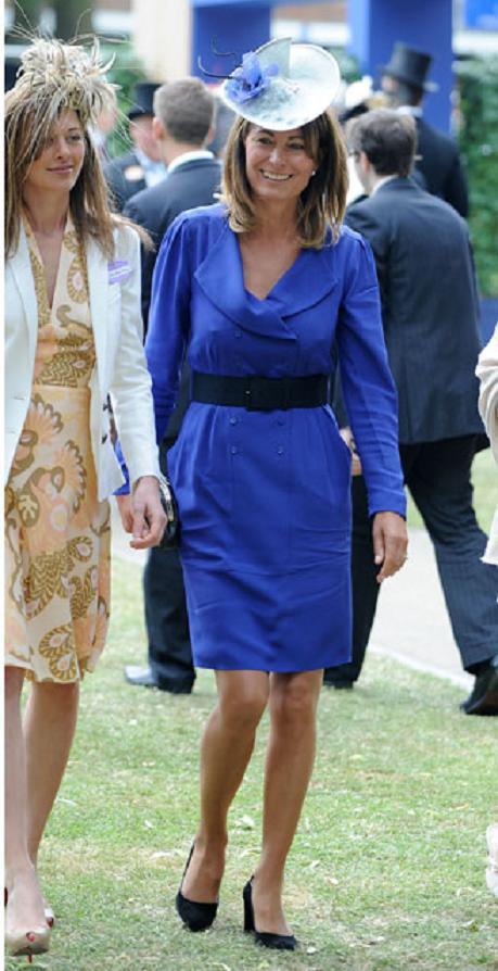 Nữ công tước cũng hay trao đổi quần áo với mẹ. Carole Middleton mặc chiếc váy màu xanh này vào năm 2010.