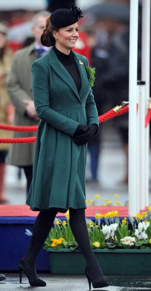 Và 1 năm sau, cô mặc chiếc váy như một chiếc áo khoác.
