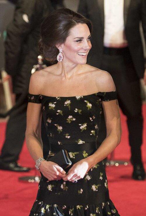 Kate cũng giống như cố Công nương Diana, thường sửa sang lại quần áo. Năm 2017, chiếc váy Alexander McQueen của cô có phần vai hở.